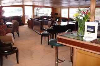 LE MONTRACHET -  Salon looking Aft